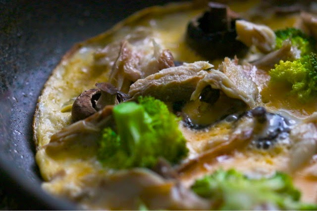 Omelette with smoked mackerel, broccoli and mushrooms