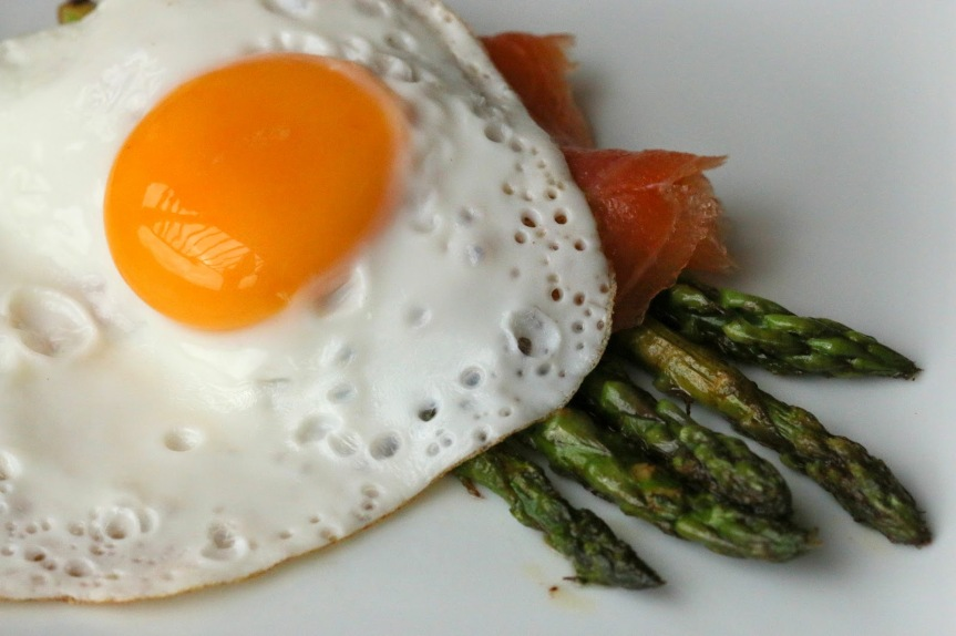 Asparagus with smoked salmon and sunny side up egg