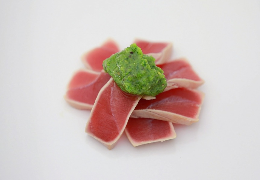 Tuna tataki with parsley and pistachio pesto